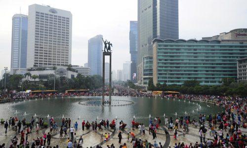 Warga beraktifitas ketika pelaksanaan Car Free Day (CFD) di Bundaran HI Jakarta, Minggu (27/12).  Pelaksanaan CFD yang telah berlangsung selama 13 tahun itu untuk mengurangi tingkat polusi di Ibu Kota serta membentuk karakter masyarakat dalam mengurangi ketergantungan pada pemakaian kendaraan bermotor. ANTARA FOTO/Wahyu Putro A/foc/15.